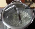 Боба се залива със студена вода и след като кипне се отцежда, залива се отново със 2.5 литра студена вода и вари докато омекне напълно.