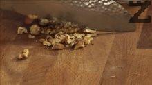 Нарязваме на дребни парченца орехови едки.