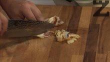 Нарязваме осолената сланина и я слагаме в леко загрят тиган, за да се разтопи.