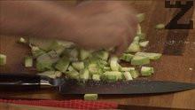 Нарязваме тиквичката на кубчета. Посоляваме и я намасляваме със струйка олио. Изпържваме я.
