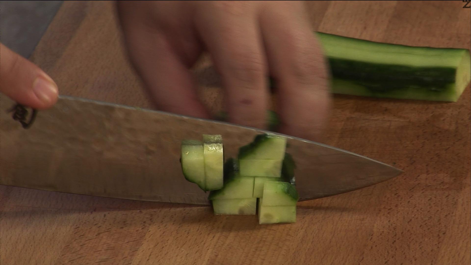 Обелва се краставицата и нарязва на малки кубчета. Посолява се.