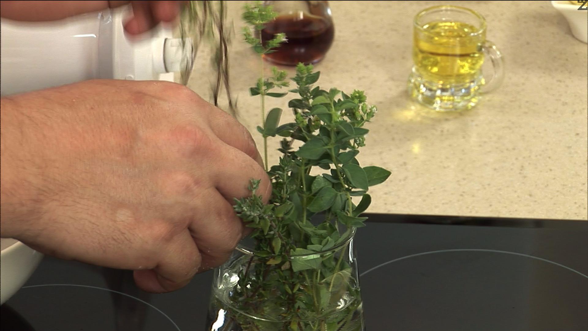 После добавяме стръкчета прясна мащерка и листата на една клонка пресен риган.