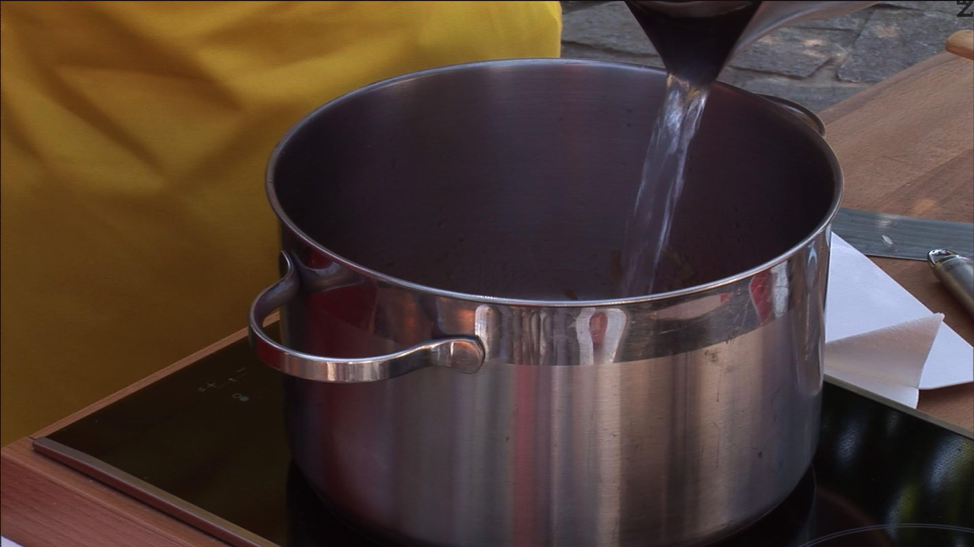 Прибавяме домата и заливаме с 1 ½ л гореща вода.