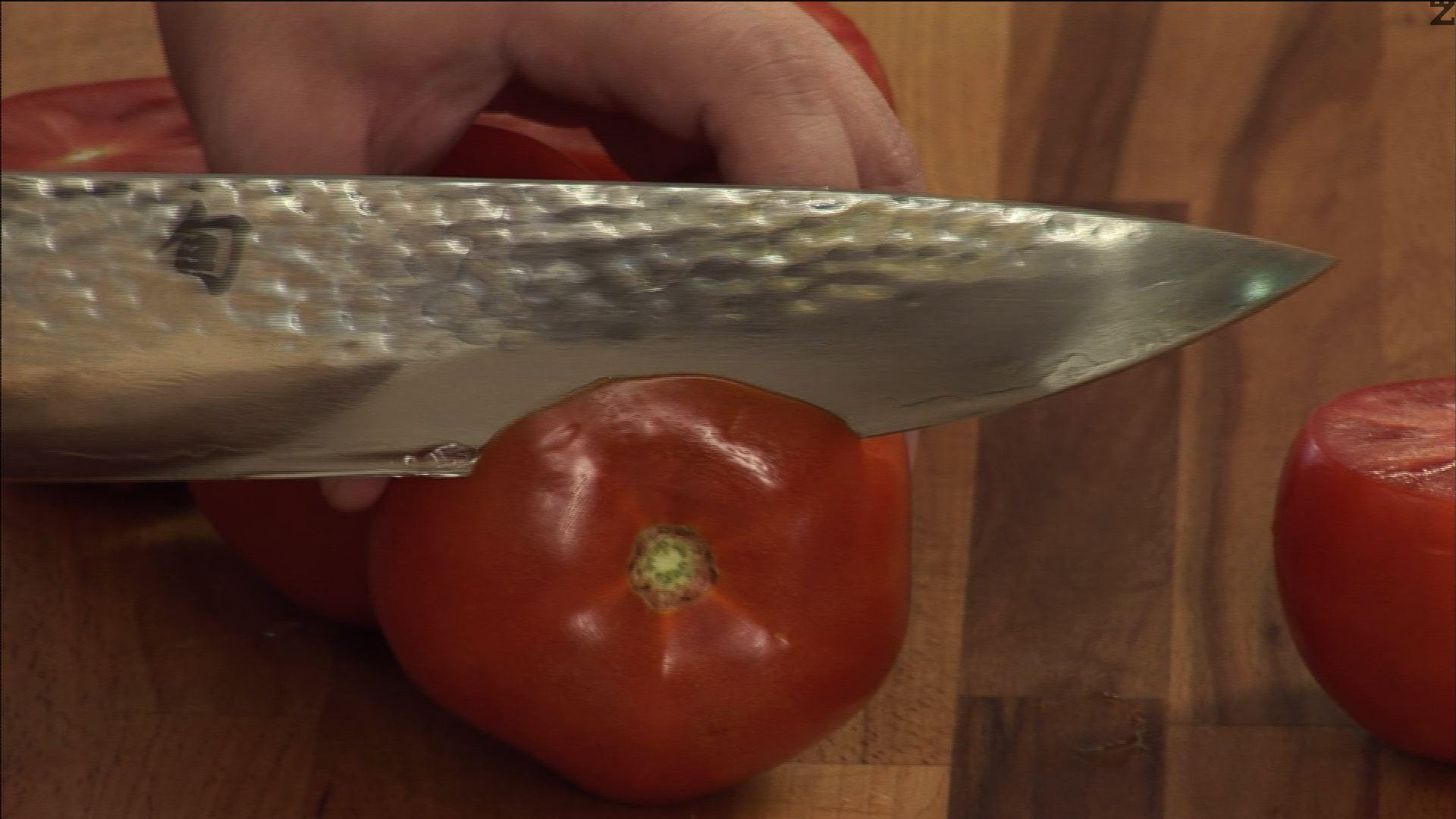 Разрязваме доматите в горната им част.