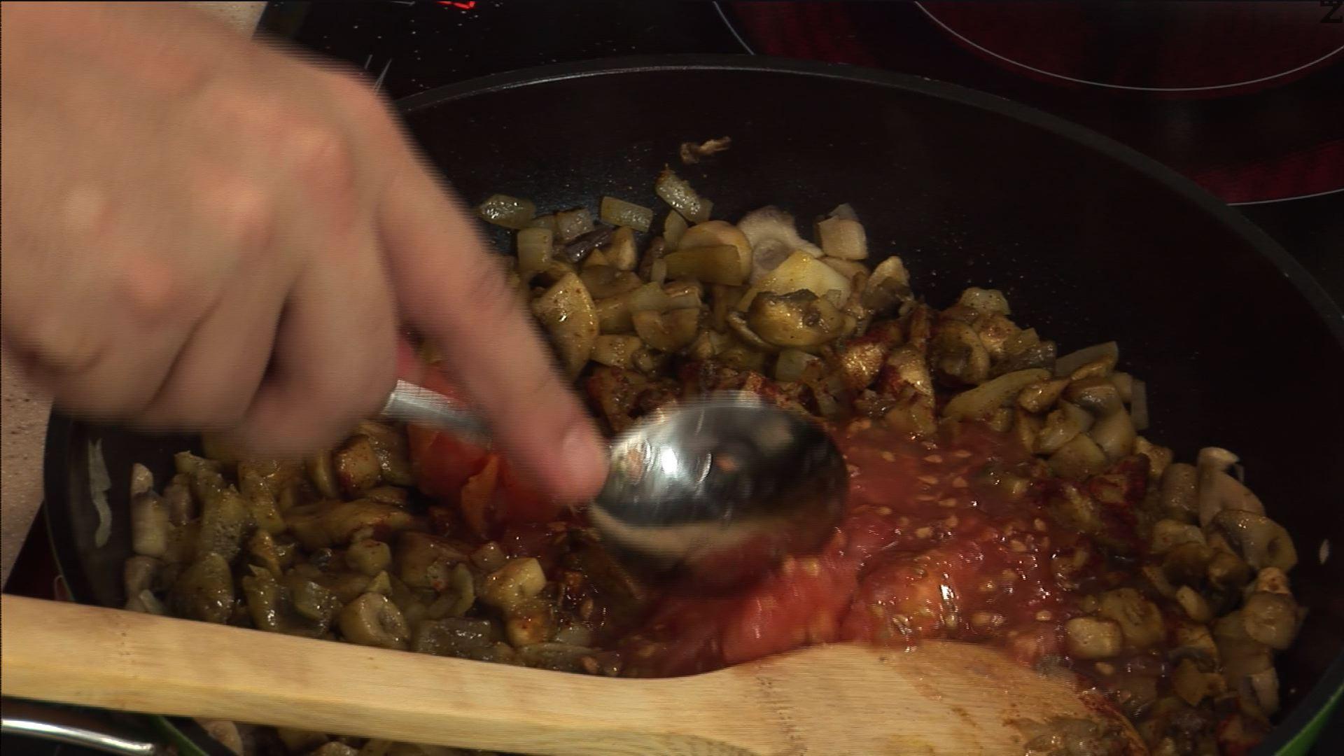 Поръсваме със сминдух, червен пипер и добавяме половината от сърцевината на доматите.