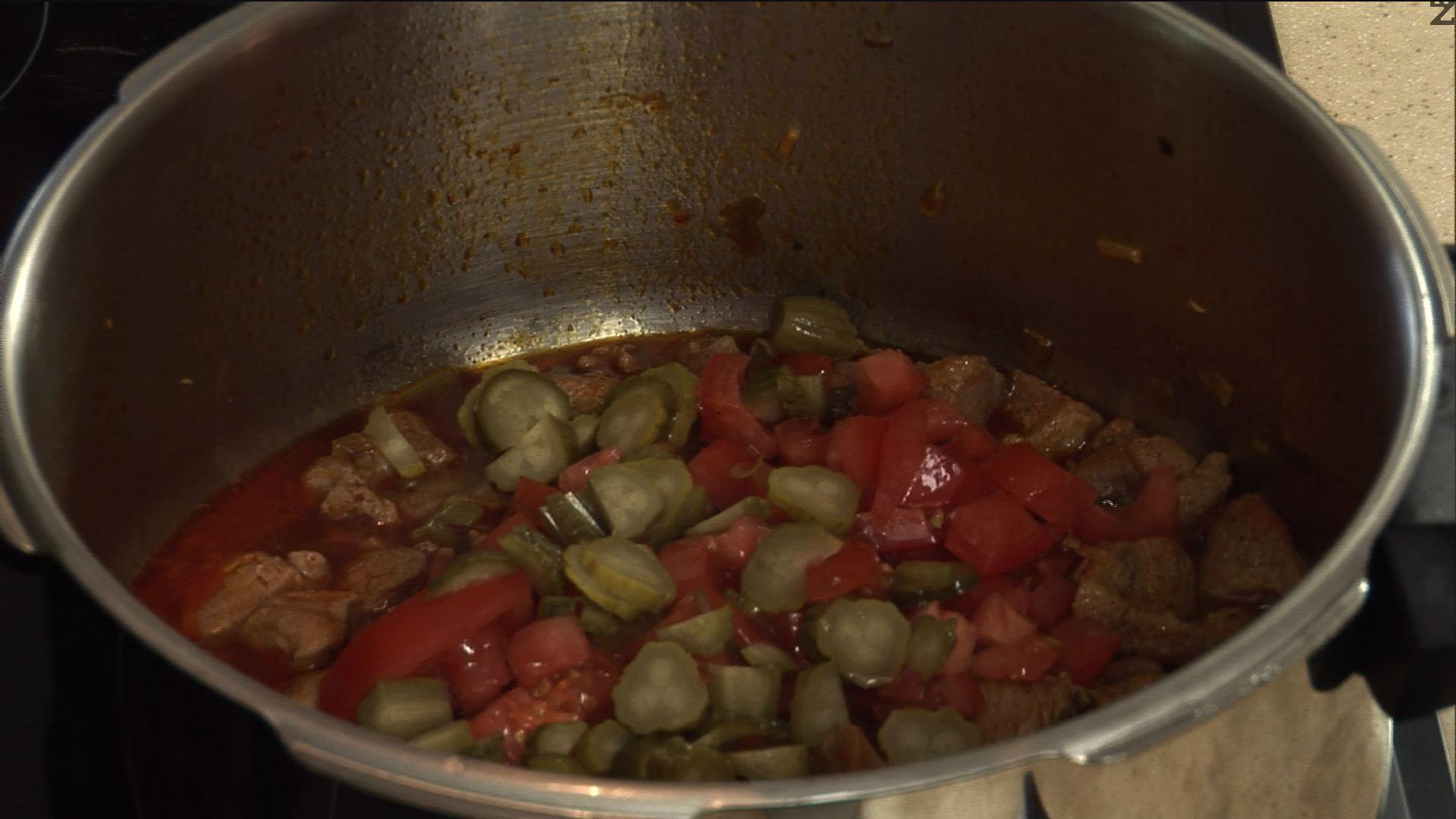 Слагаме ги в тенджерата под налягане, по желание добавяме чубрица и варим още 5 минути.