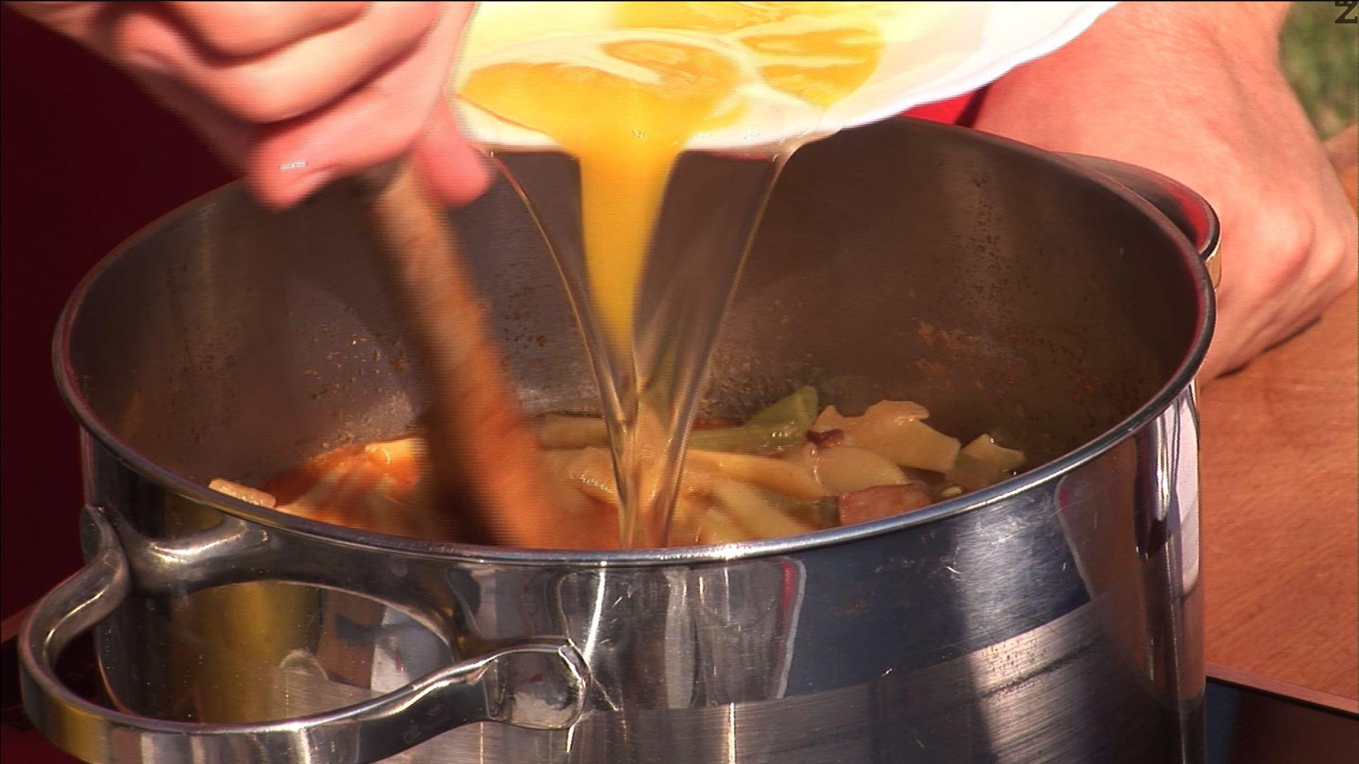 Посоляваме, прибавяме нарязания на ситно домат и яйцата.