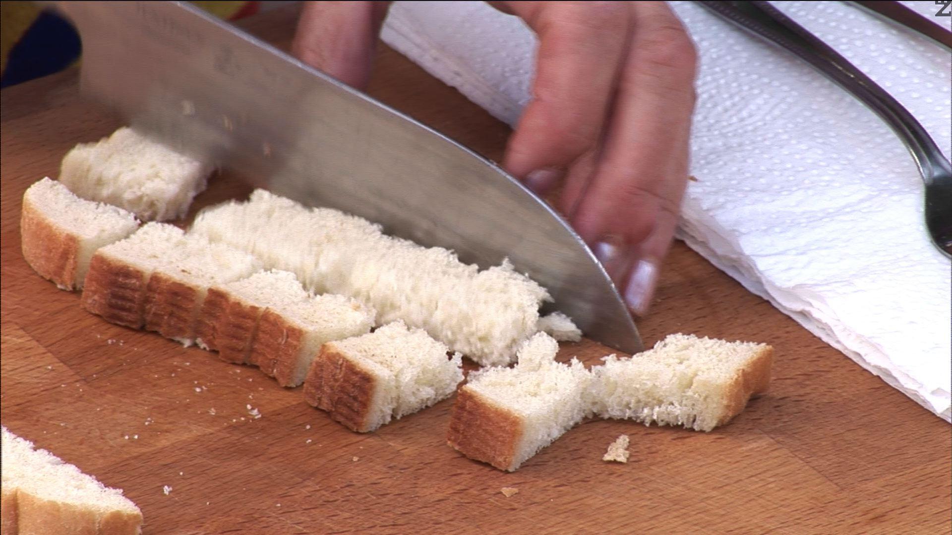 След като пръжките станат готови, нарязваме хляба на дребни кубчета и ги слагаме в мазнината от сланината.