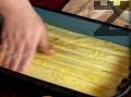 Разбиваме 2 жълтъка с 3 с.л. олио и намазваме подредените кори. Печем 30 мин. в умерено загрята фурна.