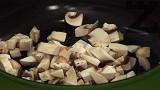 Нарязваме гъбите и лука на ситно.Запържваме ги в тиган със смесена мазнина/олио и масло/. След като станат готови, ги изчакваме да се поохладят и ги посоляваме.