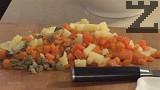 Сваряваме морковите на бавен огън в малко вода с няколко щипки захар и сол. Сваряваме картофите в подсолена вода. Нарязваме морковите и картофите на кубчета, наситняваме киселите краставички.