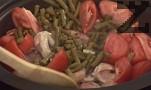 Нарязваме доматите на едро. Към месото добавяме канела, кимион, сол, пчелен мед и нарязаните домати. Прибавяме и стерилизирания зелен фасул и 1-2 с.л. лимонов сок. Разбъркваме всичко. Поливаме ястието с 200 мл пилешки бульон и оставаме пилешкото да се задушава на бавен огън под капак за 15-20 мин.