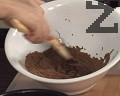 Към тях прибавяме разтопения шоколад, разбъркваме.