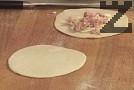 Разделяме втасалото тесто на по-малки парченца с еднаква големина. Оформяме топчета, разточваме. Пълним с настърган кашкавал и нарязана на кубчета шунка.