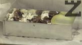 На дъното на тава поставяме хартия за печене. В правоъгълен ринг редим лазанята - филийки картофиу върху тях - гъби и извара. По този начин редим няколко пласта - 2 или 3, като завършваме с картофи.