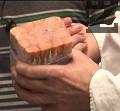 Приготвяме мозайката от единия стек сьомга. Режем ивици, подреждаме ги едно върху друго, между тях поставяме от подправките, замразяваме. Получава се калъп, който после разрязваме на тънки филийки.