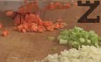 Нарязваме лука, целината и моркова на ситно. Запържваме в зехтин за 2-3 мин. Наливаме малко вода и задушаваме, докато омекнат.