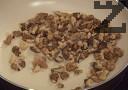 Запичаме в сух тиган осолените орехови ядки.