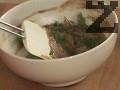 Приготвяме тахановия сос. Смесваме тахана с подправките, наливаме зехтин и балсамов оцет. Разбъркваме, преди сервиране нанасяме върху тофуто.