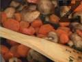 Прибавяме морковите, посоляваме, поръсваме с черен пипер. Нарязваме пилето на жулиени, поднасяме с гарнитурата. Пилешкото месо може да се замени с пуешко.