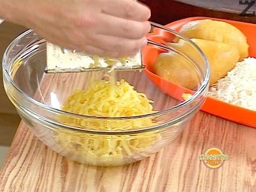 Картофите се измиват добре и слагат в тенджера със студена вода, която трябва да ги покрие. Слага се чаена лъжичка сол и водата се кипва. Варят се 25-30 мин. Изваждат се и като изстинат се белят и настъргват на едро ренде.