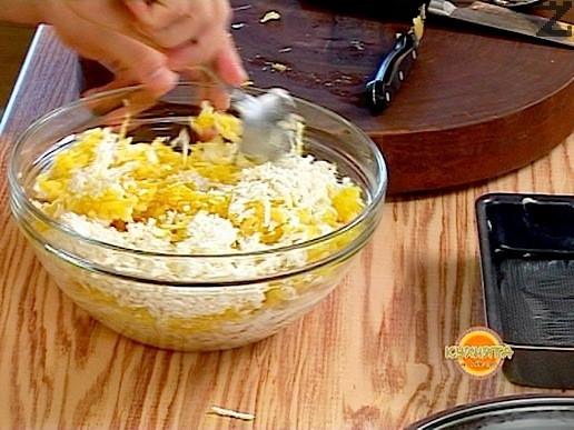 В малък тиган се изпържва 100гр от маслото на слаб огън до червено и с него се заливат настърганите картофи. Добавя се мляко и сиренето. Разбърква се добре.