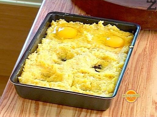 Във всяко кладенче се счупва по едно яйце. Върху всяко яйце се слага парченце масло. Пече се в умерено загрята фурна на 180С за около 20 минути. След изваждане се изчакава 5 минути и се реже на квадрати за да се сервира.