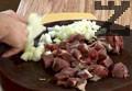 Месото се нарязва на кубчета с големина 2-3 см. и се осолява. В тенджера се загрява силно олиото и слагаме месото да се пържи заедно с едро нарязан кромид лук. Едва след 2 минути месото и лука се разбъркват и под капак на по ниска температура месото се задушава под капак докато не се изпари получен
