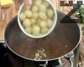 Към омекналото месо се прибавя почистения арпаджик, налива се още 200 мл гореща вода, поръсва се с червен пипер, чубрица, цели скилидки чесън и ситно нарязан магданоз. Задушава се още 20 минути. След което ястието е готово за сервиране.