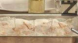 С остър нож разрязваме баницата на парчета, напръскваме я с вода.Печем до златисто в предварително загрята фурна на 180 градуса за 20-25 мин.