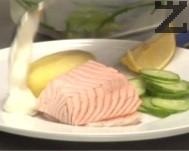 Изваждаме сьомгата и прехвърляме в чиния за сервиране. Гарнираме с варен картоф, прясно избита сметана и салатата от краставици.