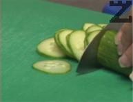 Поставяме нарязаната на колелца краставица за около 15 мин. Оцеждаме.