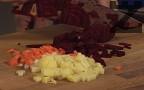 Нарязваме на кубчета зеленчуците. Поставяме ги със студеното краве масло да се задушат за кратко. Варим в малко гореща вода.