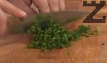Прибавяме обелените и нарязани на малки кубчета стерилизирани домати. Поръсваме с подправките, прехвърляме към останалите продукти.