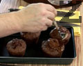 Заливаме изпечените кексчета, които сме извадили от формичките. Сервираме с листенца прясна мента.