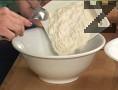 Накисваме предварително стафидите в малко уиски. Смесваме брашното със захарта.