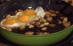 Разбъркваме яйцата на котлона заедно със запържената сланина. Оставяме ги леко да изстинат.