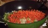 Приготвяме лозовите сарми. Нарязваме на ситно морковите, лука и чушката. Запържваме ги в загрята мазнина.