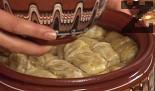Пълним сармите с приготвената плънка, поставяме ги в глинен съд. Поливаме с 1 ч.ч. вода и струйка олио. Печем под капак в загрята фурна за около 1 час.