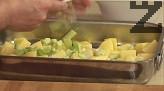 Отгоре нареждаме чесъна, лука и парченцата бекон.