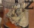 Приготвяме плънката. В пасатор поставяме всички продукти, смиламе до получаването на пухкав крем.