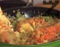 Настъргваме на ситно картофите и моркова, прибавяме ги към останалите зеленчуци. Разбъркваме, задушаваме за кратко.