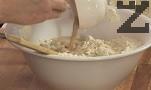 В средата оформяме кладенче, постепенно наливаме около 100 мл топла вода и затопленото прясно мляко. Прибавяме яйцето, разбъркваме добре. Добавяме и шупналата мая, замесваме меко тесто. Оставяме го да отпочине 15-20 мин., покрито с фолио или кърпа.