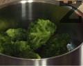 Приготвяме соса, като пасираме всички продукти. Поставяме броколите в тенджера, заедно със зехтин, 1 к.ч. вода и сол. Задушаваме под капак за около 10 мин.