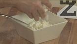 Счукваме чесъна заедно с малко сол. Прехвърляме в купата с киселото мляко, поръсваме с 2 щипки сол. Натрошаваме сиренето, поливаме с олио.