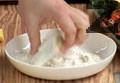 Почистваме дроба от ципите и го панираме в брашно. Печем на сух тиган.