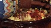 В средата на гърнето поставяме джолана, наливаме хладка вода, колкото да покрие продуктите.