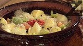 Поръсваме със зрънца черен пипер, дафинов лист, посоляваме, слагаме половината от зеленчуците. Редим и останалите продукти в същата последователност. Отгоре поръсваме с червения пипер, добавяме целите скилидки чесън.