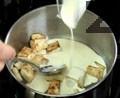 Запържваме целината със зехтин и овкусяваме със сол. Задушаваме я с мляко и сметана. Пюрираме заедно със сварените картофи и масло.