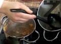 Приготвяме соса. Запържваме изрезките от почистеното филе със зеленчуците. Добавяме доматено пюре, бульон от вареното телешко и бульон на прах. Овкусяваме с черен пипер.